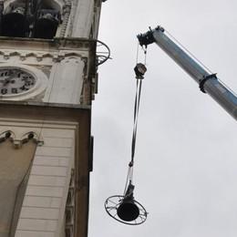 San Michele, vertigine a 30 metri  A Cantù la gru per le campane