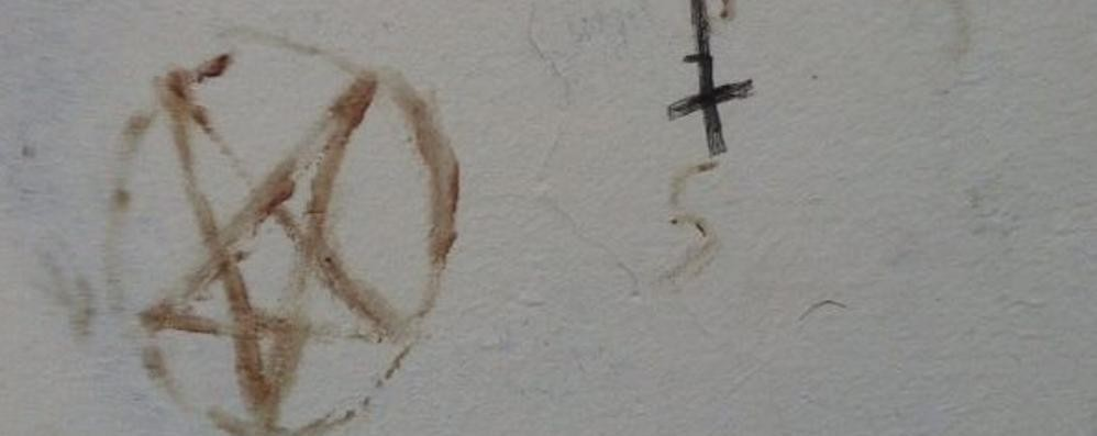 """Scritte """"sataniche""""  A Cadorago nel sottopasso"""