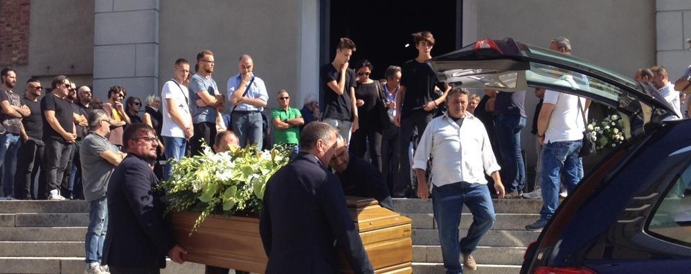Tantissimi amici al funerale di Moreno  Un addio tra le lacrime: «Te vörum ben»