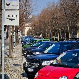 «Como, illegittimi i posti blu in viale Varese»
