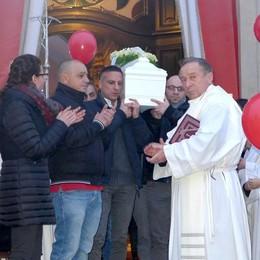 Arosio, folla per il piccolo Giuseppe   L'addio con un lancio di palloncini