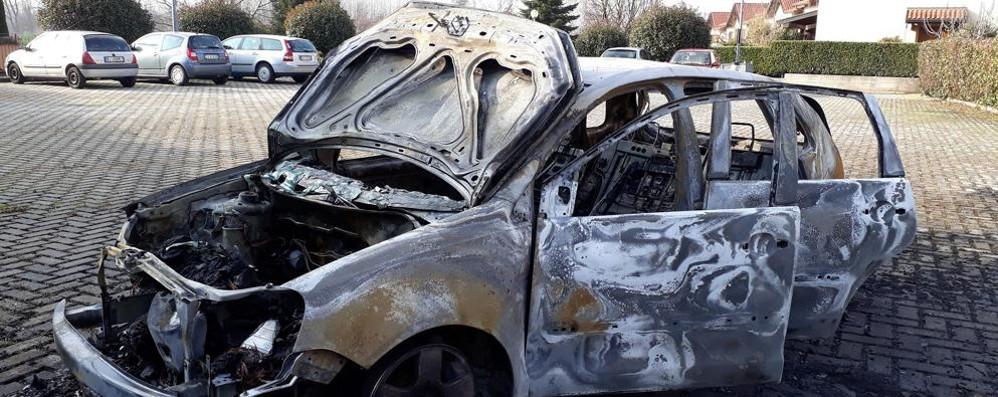 Senna, l'auto prende fuoco  Il proprietario si ustiona per salvarla