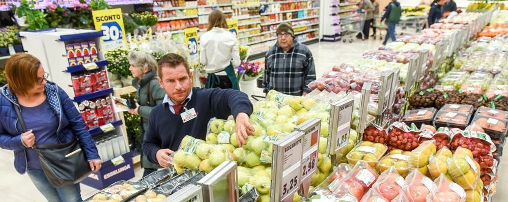 Troppo alto il costo della vita in Svizzera  Un ticinese su due fa la spesa a Como