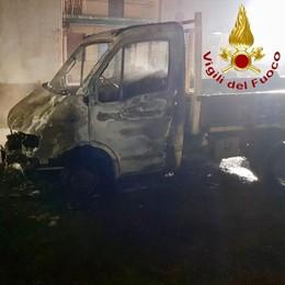 Incendio a Figino Distrutto un furgone