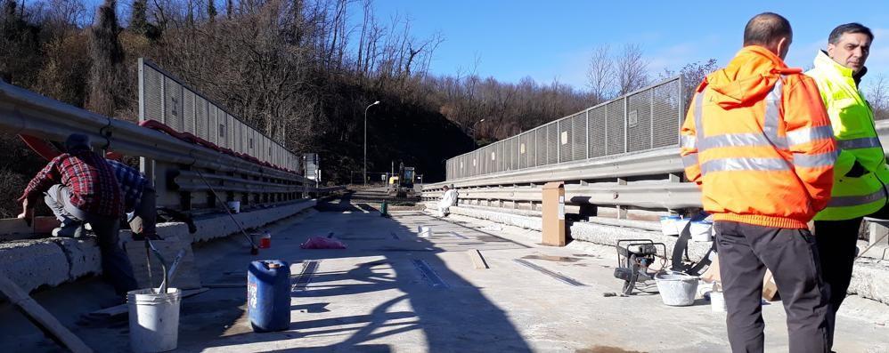 Rimossi 75 cm di asfalto  Il ponte di Asnago cambia volto