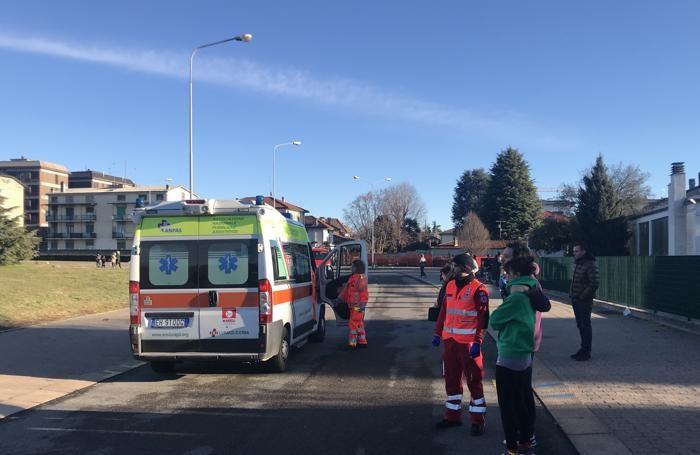L'ambulanza del Sos di Lurago d'Erba in attesa dell'arrivo dell'elicottero del 118