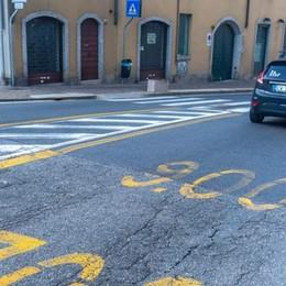 Via Milano e il traffico   da sinistra a destra