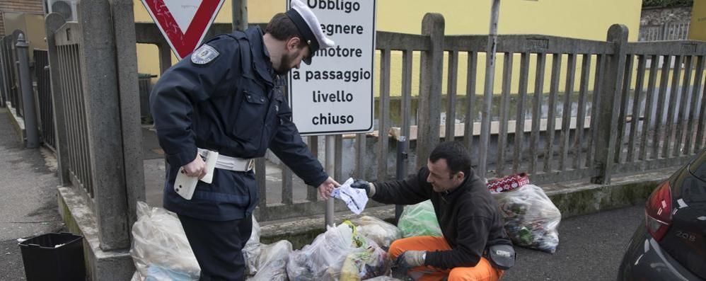Vigili detective rovistano nei sacchi   Lomazzo, multe per i rifiuti abbandonati