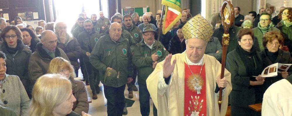Visita del vescovo a Capiago  Inaugurato il nuovo altare