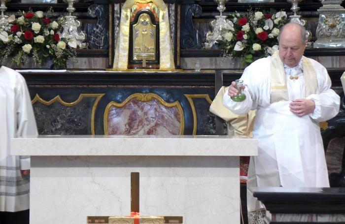Un momento della benedizione del nuovo altare