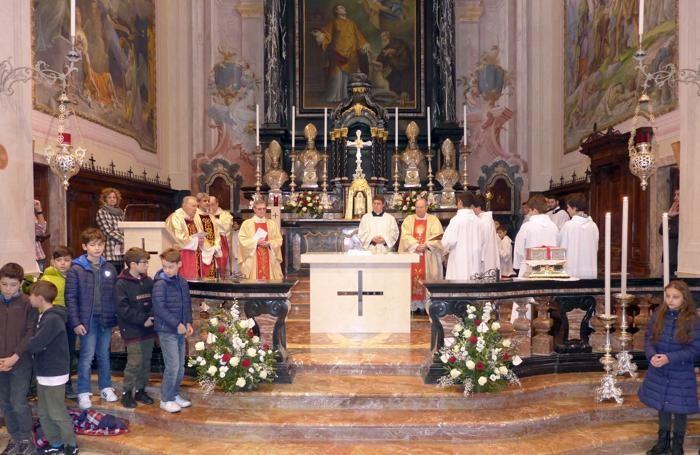 Il nuovo altare con i sacerdoti e il vescovo
