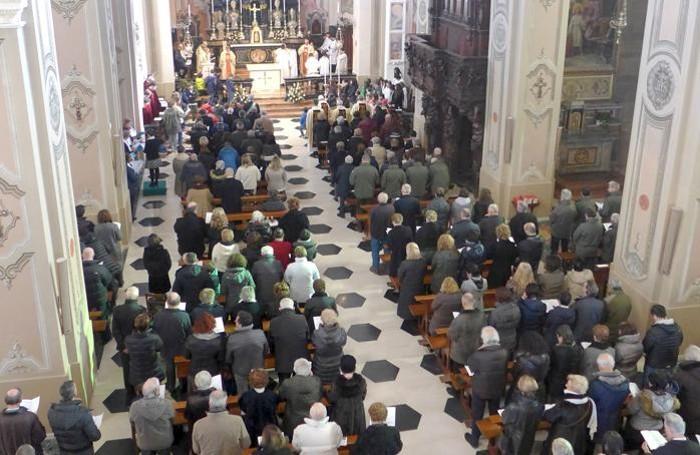 La chiesa gremita di fedeli
