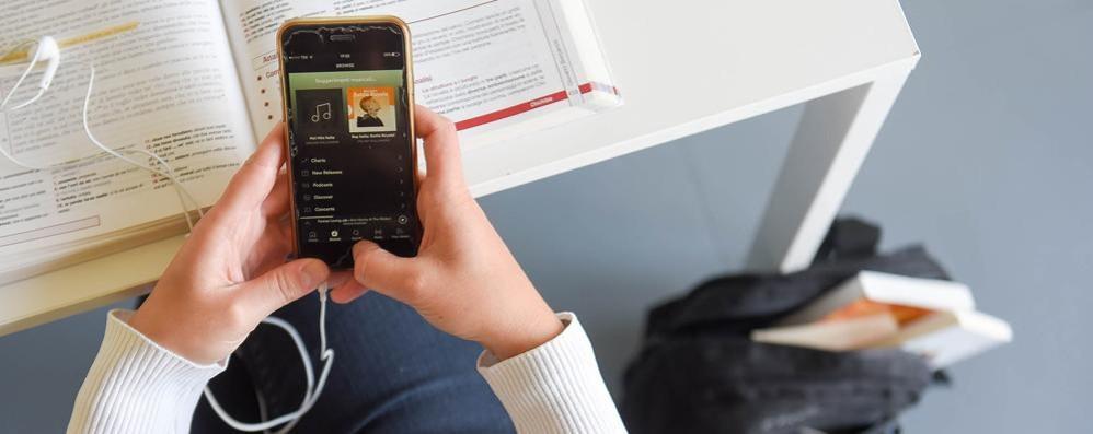 Il Miur autorizza il cellulare in classe  Ma nelle scuole comasche era già in uso