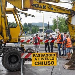 Grandate, pendolari esasperati  «Sbarre chiuse, 6 mesi di caos»