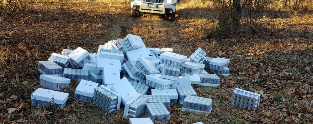 Buttano 4mila lattine di bibite nel bosco  Con le telecamere si cerca l'inquinatore
