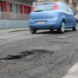 Emergenza buche a Cantù  «Segnalateci dove intervenire»