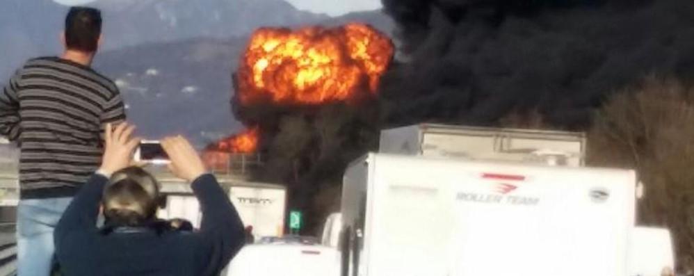Incidente e incendio sulla A21  Brescia: sei morti tra cui 2 bambini