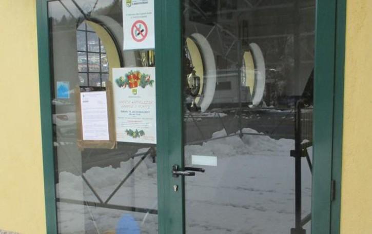 Castiglione «Crepe nel centro sportivo»  Il sindaco lo chiude, esplode la polemica