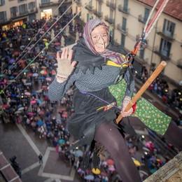 La Befana è scesa in piazza  Domenica chiude la città dei Balocchi