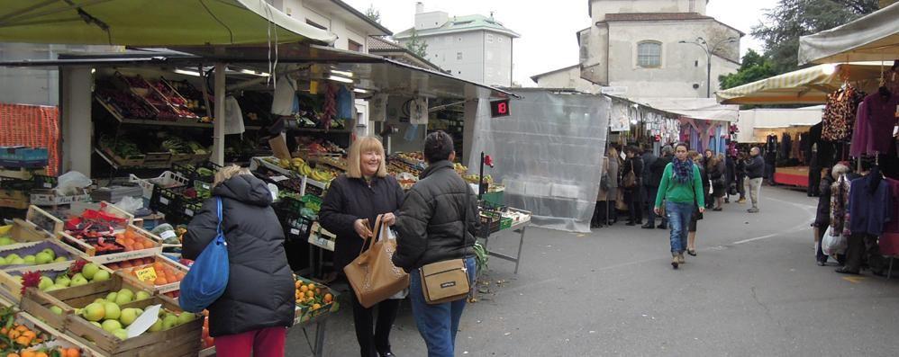 Cantù, la sfida del mercato  «Fate acquisti da noi  Il sacchetto è gratis»