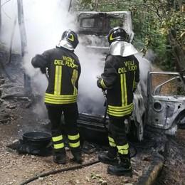 Auto in fiamme ad Albavilla sulla strada per l'Alpe del Vicerè
