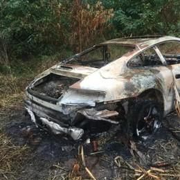Una Porsche bruciata nei campi  L'ha scoperta un contadino