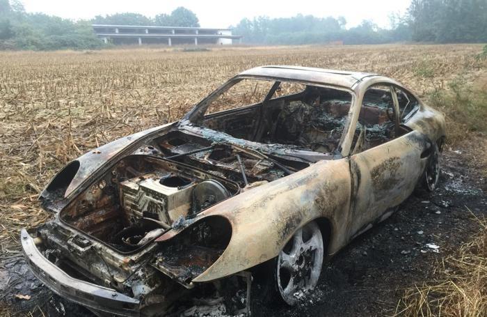 La Porsche bruciata nella foto A. Porro