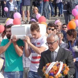 L'inno alla gioia e tanti palloncini  Addio Elia, piccolo eroe coraggioso