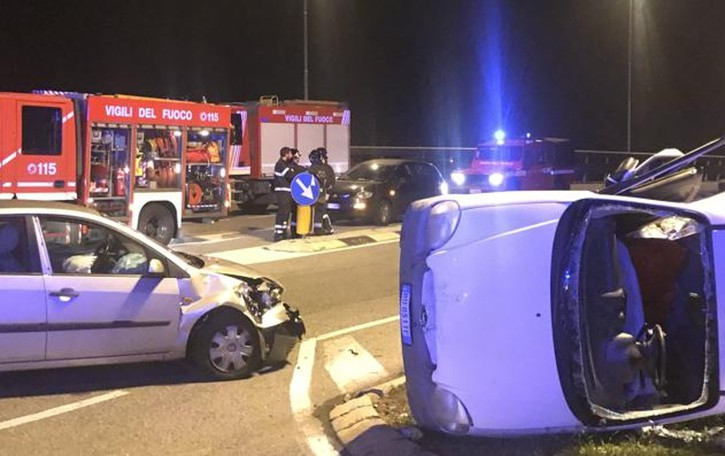 Incidente tra due auto  Una si ribalta, tre feriti