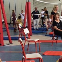 Ma che stress l'insegnamento  Giovio, 50 docenti al corso di yoga