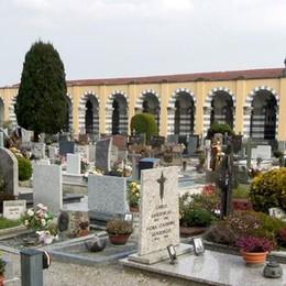 """Albavilla, nessun loculo a disposizione  Ceneri """"parcheggiate"""" al cimitero"""