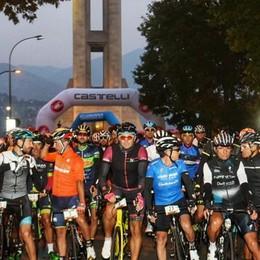 Passa la Gran fondo di Lombardia Nervi tesi, i ciclisti insultano la polizia