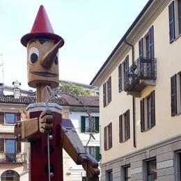 Cantù, c'è un Pinocchio da spostare  Le famiglie: «Lasciatelo in piazza»