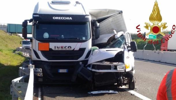 Si scontra camion carico di bombole   Incidente sulla Pedemontana