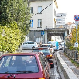 Villa Aprica, caos auto  Chiuso l'ex parcheggio  sosta selvaggia e code
