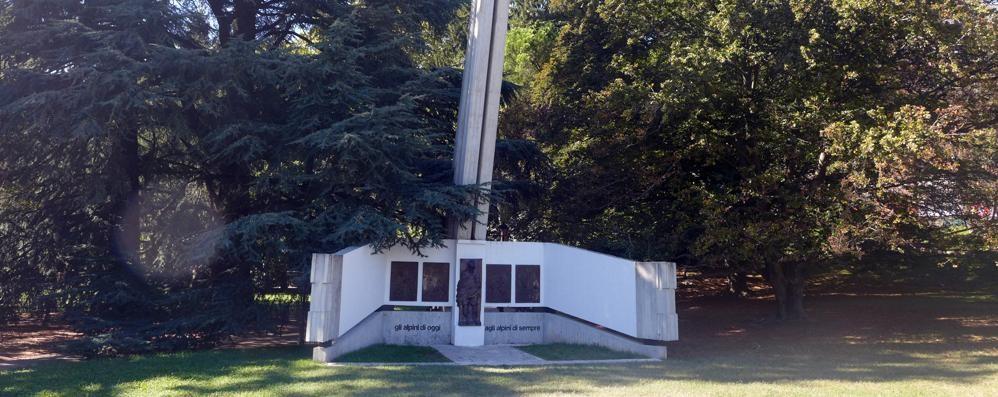 Erba, la carica degli Alpini  «Rispettate il monumento»