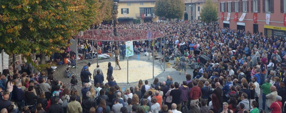 Erba, folla per il Masigott  Migliaia per la salita del palo