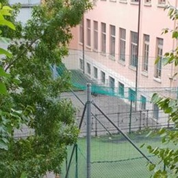 Il giardino della scuola non si può usare  Ma vietano ai genitori di sistemarlo