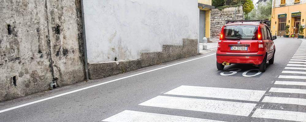 """Como: marciapiedi non marciapiedi  Strisce per """"aiutare"""" i pedoni"""