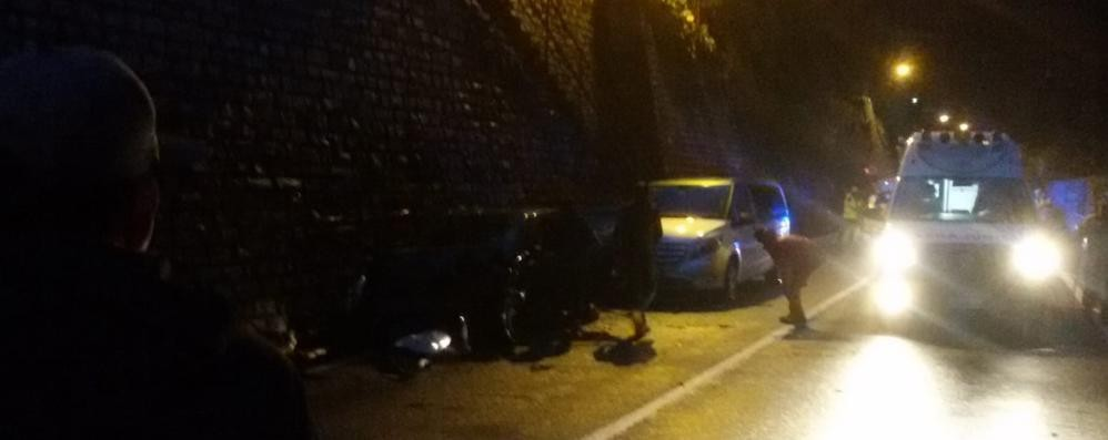 Scontro tra auto sulla Regina  Due feriti e traffico bloccato