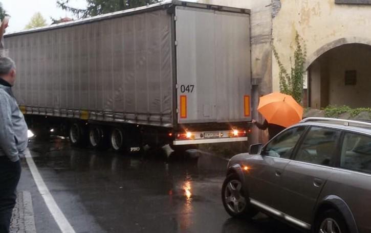 Ossuccio, sbaglia manovra  Camion incastrato sulla Regina