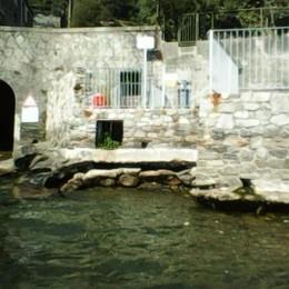 Il lago si abbassa  «I blocchi di cemento  finiscono in acqua»