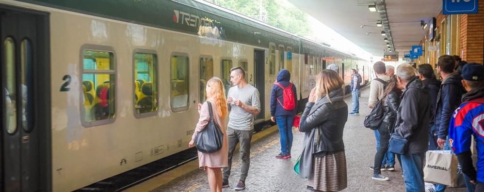 Treni, ancora una giornata di ritardi  I pendolari: «Situazione vergognosa»