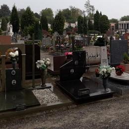 Troppi furti di fiori al cimitero di Cantù  «Adesso basta, mettiamo le telecamere»