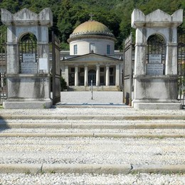 Cremazioni, a Chiasso meno care  «Ma ci ha bloccato il Comune di Como»
