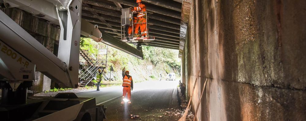 Via Brogeda, calcinacci dalla A9  Controlli sul ponte: «È sicuro»