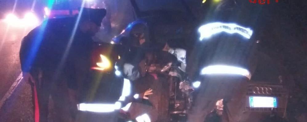 Con l'auto contro un lampione  Giovane soccorso a Figino