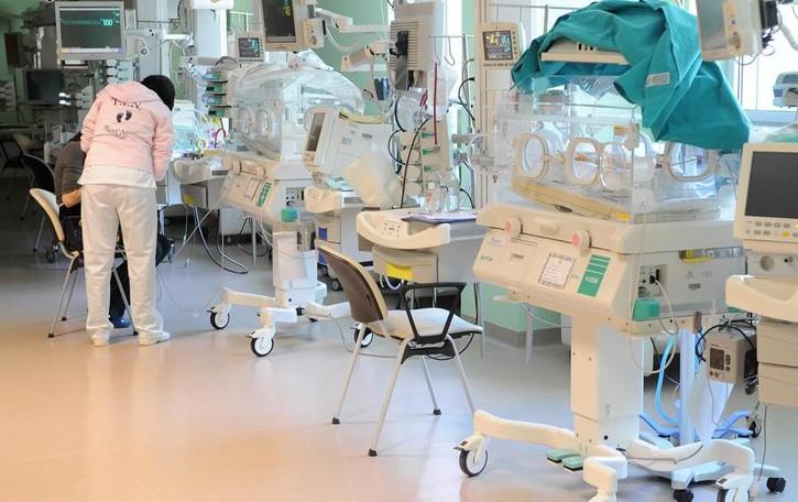 Neonata non può lasciare l'ospedale  I genitori: «Vogliamo che torni a casa»