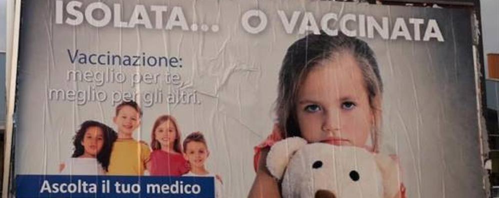 Vaccinazioni, Como è un caso nazionale  No vax: «Quel cartello è una vergogna»