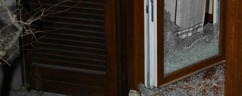Lomazzo, porta finestra sfondata  Ma il vicino mette in fuga i ladri